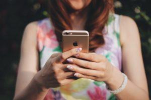 iPhoneを使用する人の画像