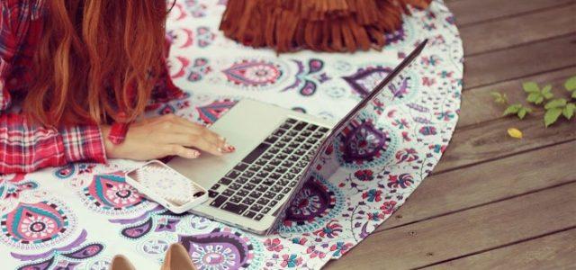 パソコンを使っている人の画像